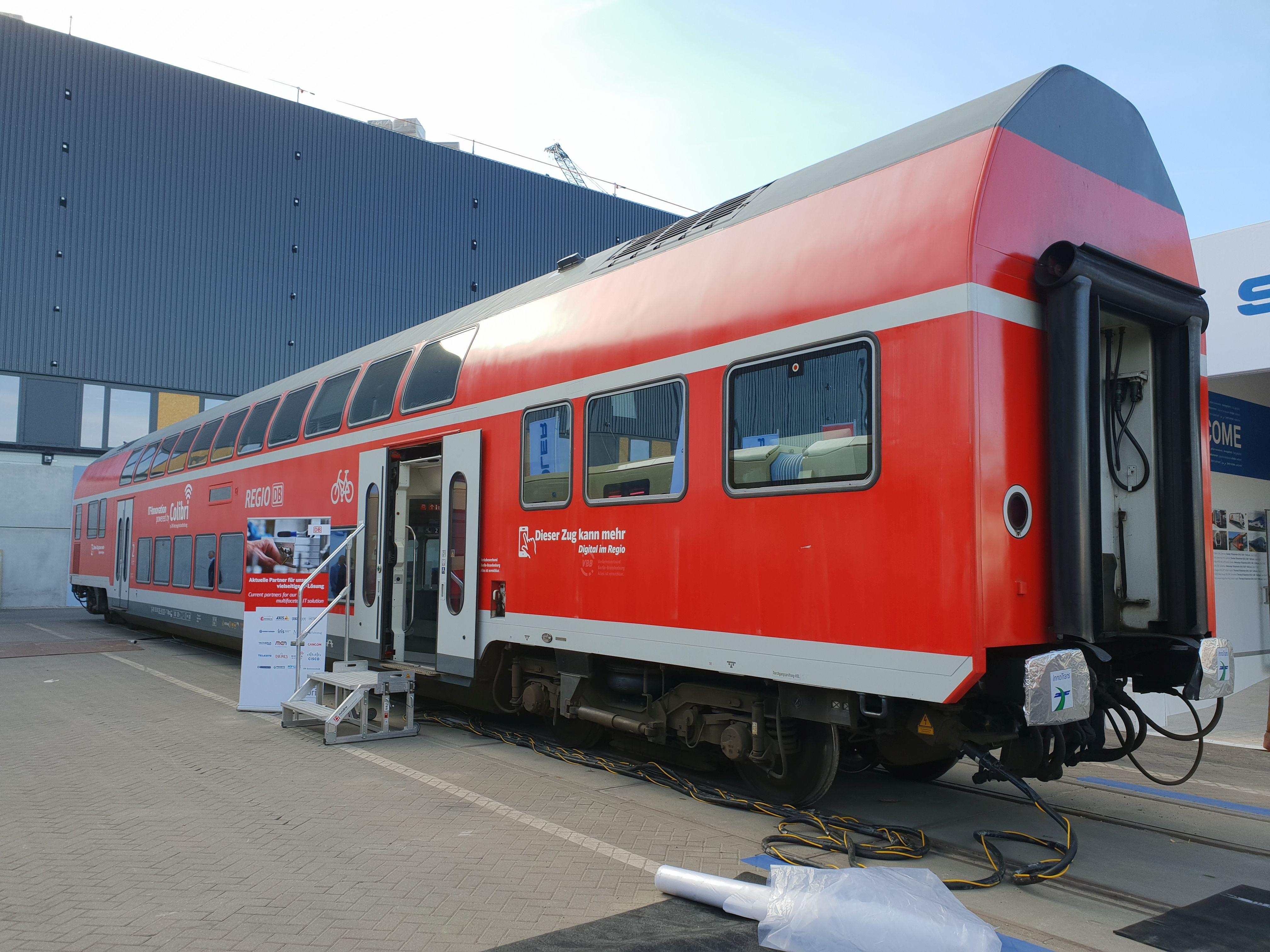 """Foto: DB Fahrzeuginstandhaltung präsentiert im Doppelstockwagen die Lösungen """"Colibri"""" für eine Reisekette"""
