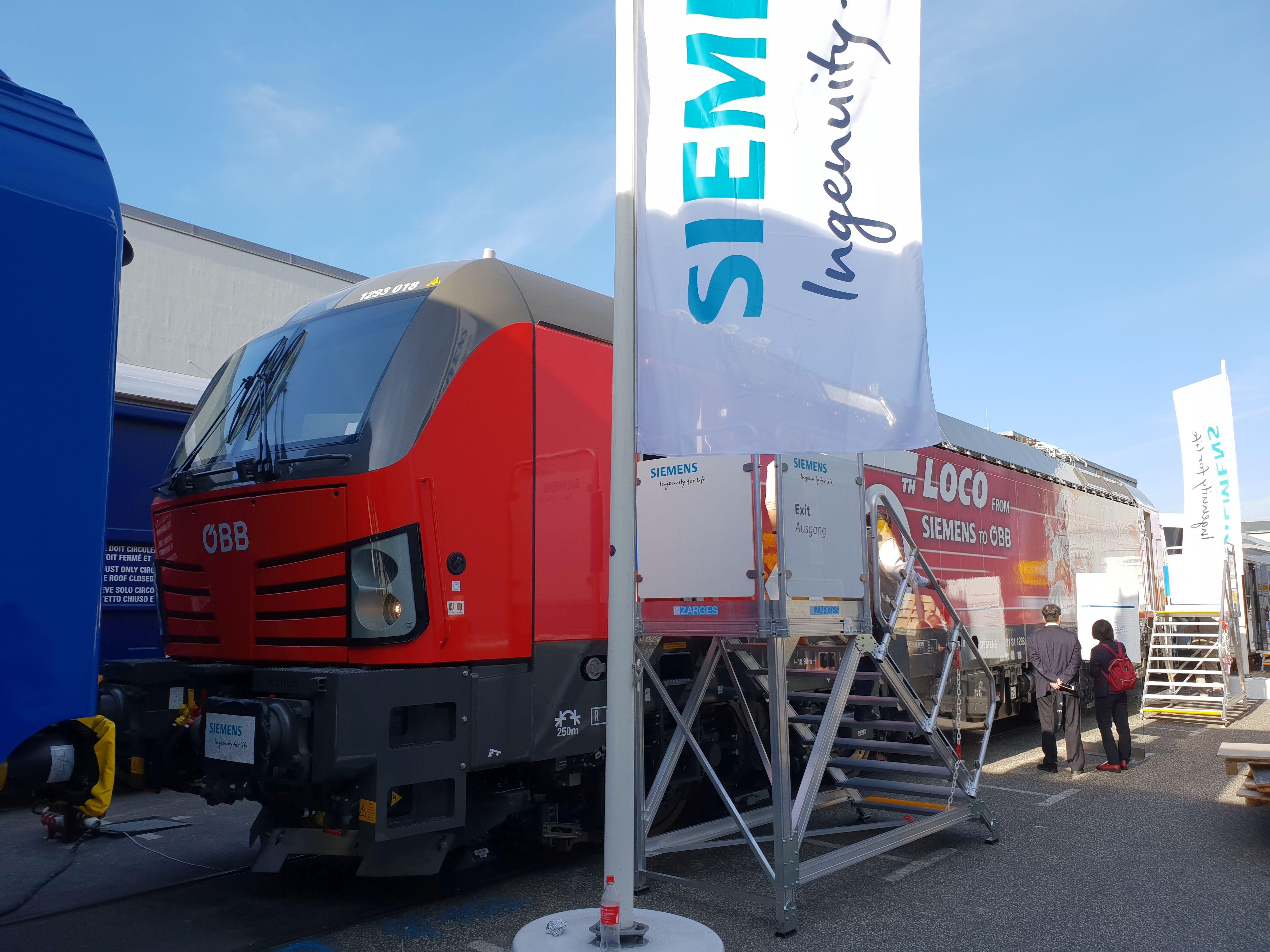 Foto: Vectron von Siemens für die ÖBB - 500. Lok an die ÖBB - auf der Berliner Innotrans 2018